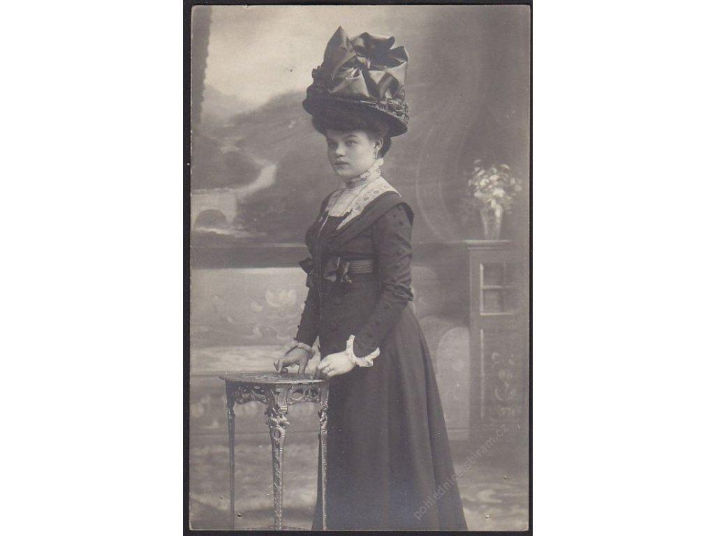 Ateliérové foto, dáma s kloboukem, cca 1911