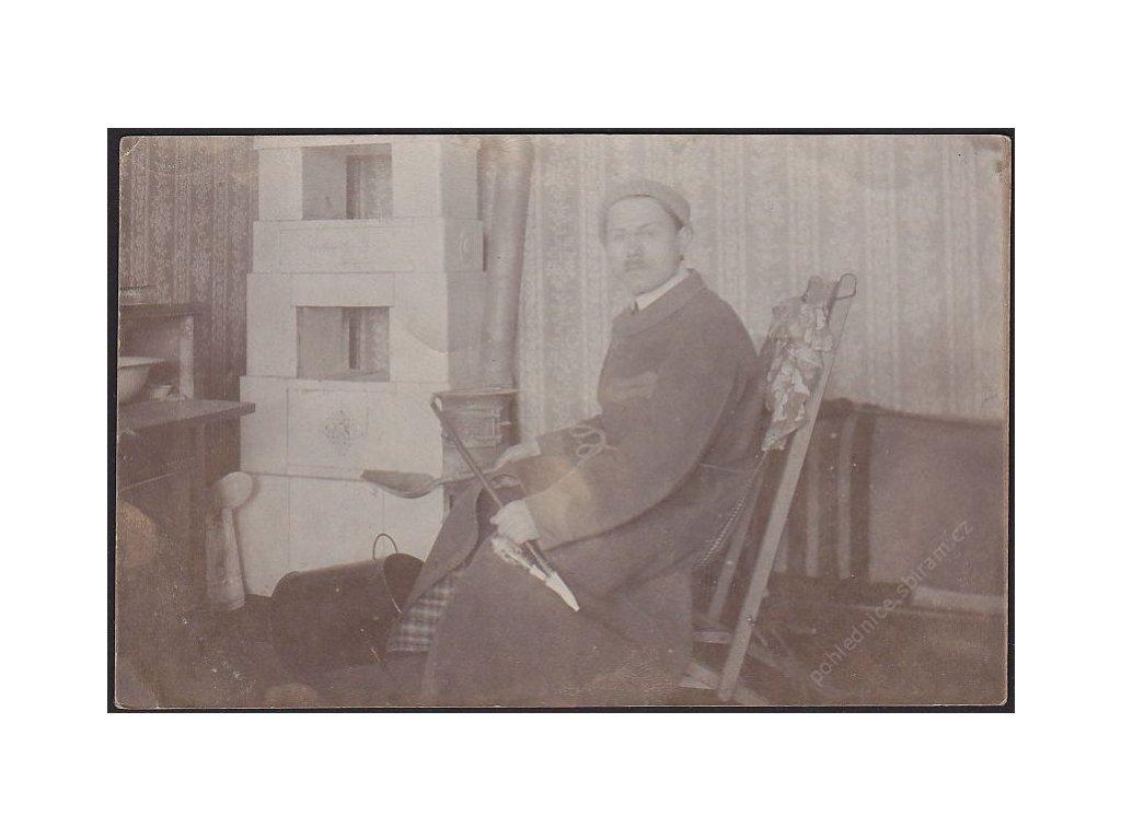 Muž s fajfkou, cca 1915