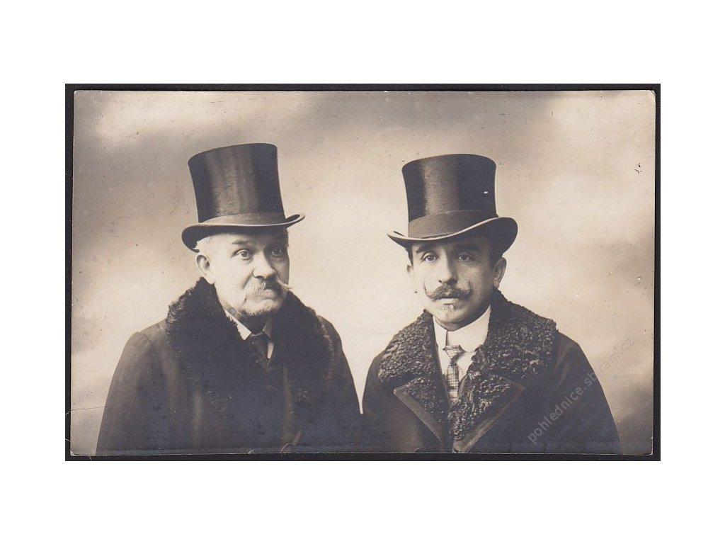 Ateliérové foto, Muži v cylindru, cca 1910