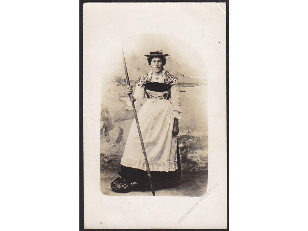 Žena v kroji, cca 1910