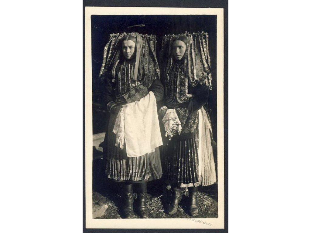 Slovensko, dievčata z Velkého Lomu, ca 1925