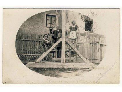 Rodinka na houpačce, ca 1920