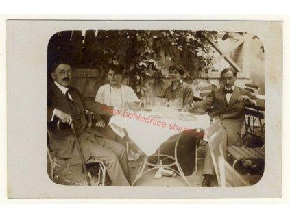 Momentka u piva, cca 1915