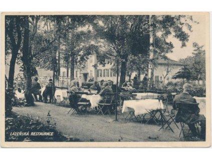 41 - Olomoucko, Lázně Slatinice, oživená partie v láz. restauraci, cca 1940