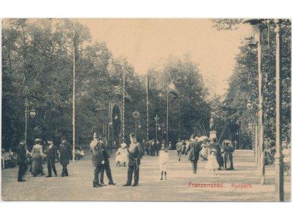 08 - Chebsko, Františkovy lázně, lázeňský park, lidé na procházce,1915
