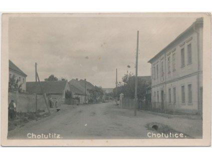 29 - Kolínsko, Chotutice, ulice s obyvateli obce, cca 1945