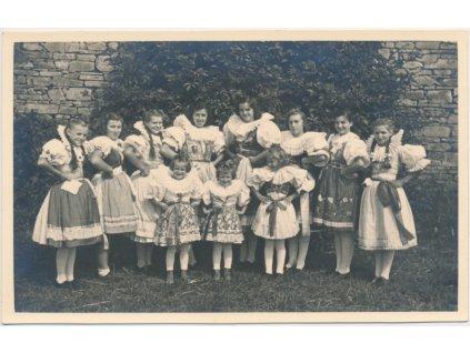 Ženy a děti z Kurovic v lidových krojích