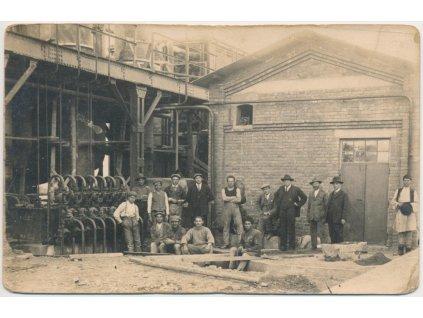 73 - Zlín, oživená partie u budovy před Baťovými závody