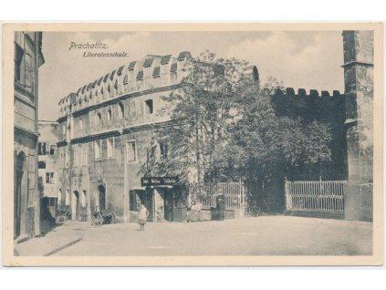 48 - Prachatice, oživená partie před školou, foto J. Seidel, cca 1921