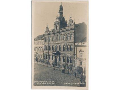 60 - Strakonice, oživená partie před radnicí, Nákl. J. F. Pavelec, cca 1924