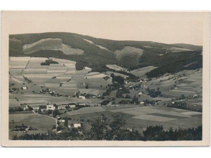 57 - Rychnovsko, Deštné, celkový pohled na obec, cca 1951