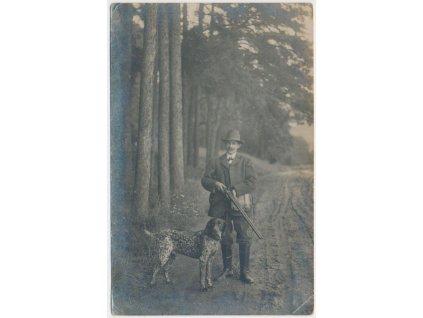 Myslivec na lovu v lese se svým psem, cca 1918