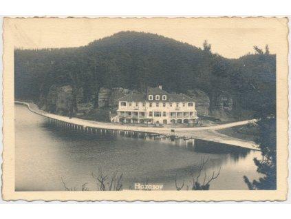 35 - Mělnicko, Harasov, pohled na hotel u rybníka...