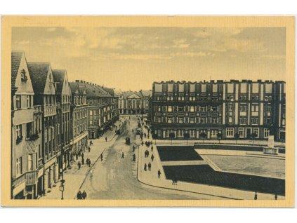 19 - Hradec Králové, oživené Husovo náměstí, cca 1930