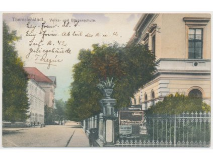 33 - Litoměřicko, Terezín, oživená partie u obecné školy, cca 1916