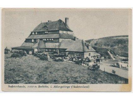 57 - Rychnovsko, partie u Masarykovy chaty, automobily..., cca 1945