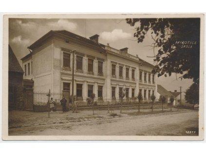 46 - Písecko, Mirotice, oživená partie před školou, cca 1933