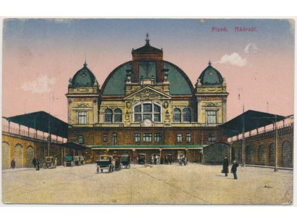 47 - Plzeň, oživená partie před nádražím, cca 1930