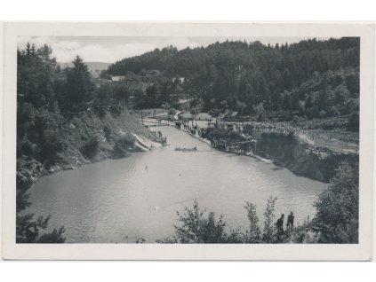 """72 - Vyškovsko, Luleč, pohled na vesnici a koupaliště """"U Libuše"""", 1942"""