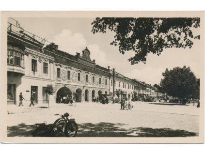 Slovensko, Spišská Nová Ves, oživené náměstí, motorka.., cca 1950