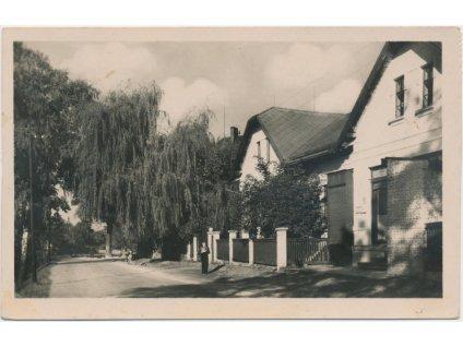26 - Karvinsko, Lazy u Orlové, oživená ulice s rodinnými domy, cca 1950