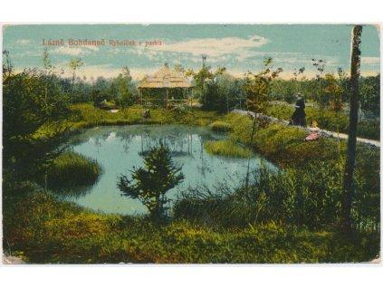 44 - Pardubicko, Lázně Bohdaneč,oživená partie u rybníčku v parku,1907