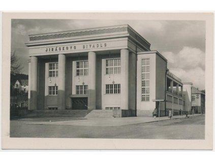 38 - Náchodsko, Hronov, oživená partie u Jiráskova divadla, cca 1937