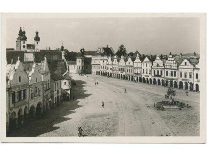 23 - Jihlavsko, Telč, oživené náměstí, grafo Čuda, cca 1946