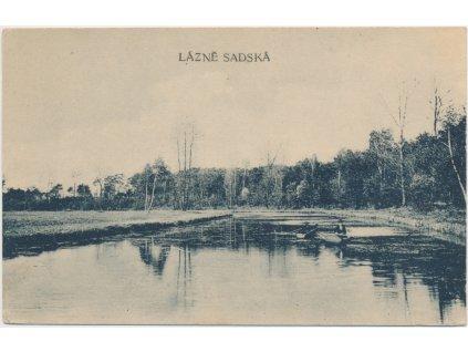 40 - Nymbursko, Lázně Sadská, oživená partie s loďkou na jezírku, cca 1919