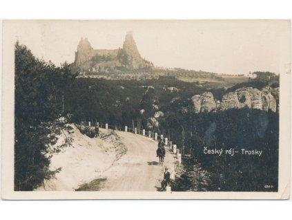 58 - Semilsko, Trosky, oživená partie z příjezdové cesty na hrad, cca 1931