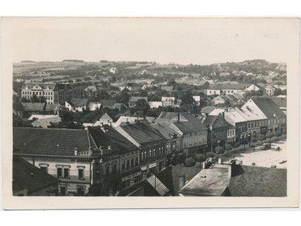 22 - Jičínsko, Hořice, pohled na část náměstí a město, cca 1947