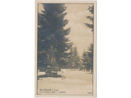 22 - Jičínsko, Hořice, Smetanovy sady se sochou Jánošíka v zimě, cca 1934
