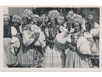 Slovensko, Národopisné slavnosti na Sliači, ženy v krojích, cca 1930