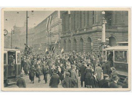 49 - Praha, lidé u Národního divadla 28.10. 1918, tramvaje..,foto Dítě