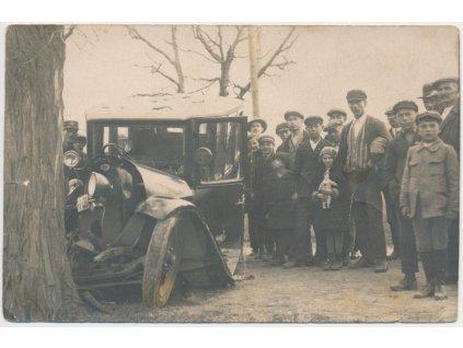 34 - Louny, oživená partie s havarovaným automobilem, cca 1929