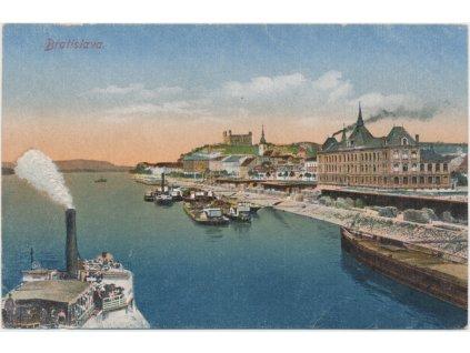 Slovensko, Bratislava, lodě na Dunaji, v pozadí Bratislavský hrad, ca 1920