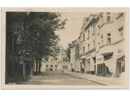 14 - Děčínsko, Rumburk, oživená nádražní ulice, nádraží, cca 1930