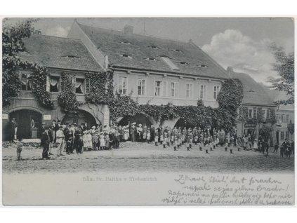 33-Litoměřicko, Třebenice, lidé na náměstí před domem Dr. Paříka, 1903