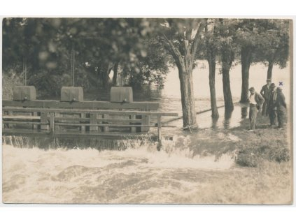 64 - Tábor, oživená partie u stavidel při povodni, cca 1925