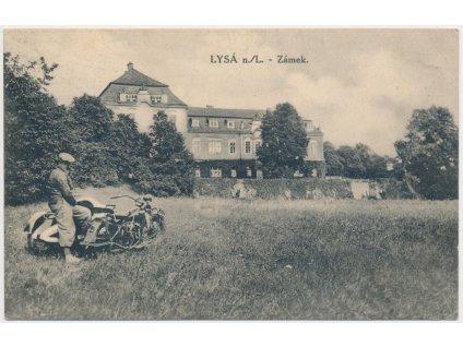 40 - Nymbursko, Lysá nad Labem, partie s motocyklem před zámkem