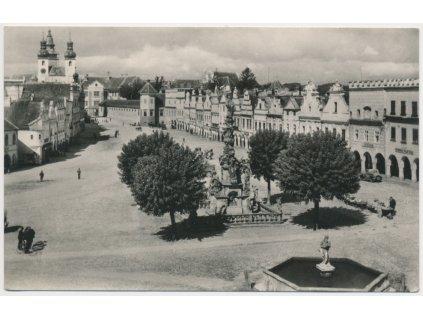 23 - Jihlavsko, Telč, oživené náměstí s kašnou...