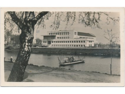 19 - Hradec Králové, oživená partie s loďkou u městských lázní,  1933