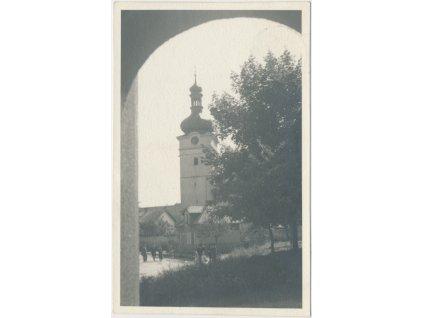 57 - Rychnovsko, Přepychy, oživená partie před kostelem, ca 1944