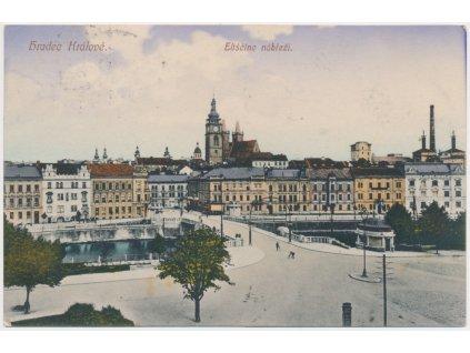 19 - Hradec Králové, oživené Eliščino nábřeží, pohled na město, cca 1916