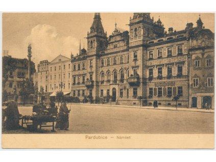 44 - Pardubice, oživené náměstí, cca 1918