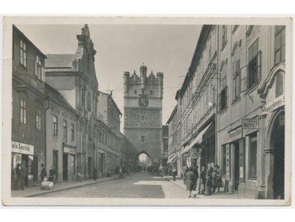 23 - Jihlava, oživená ulice Matky Boží, Grafo Čuda, cca 1943