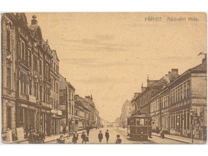 43 - Ostravsko, Přívoz, oživená Nádražní ulice, tramvaj, cca 1921