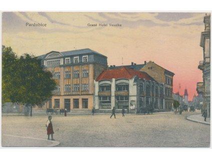44 - Pardubice, oživená partie před Grand hotelem Veselka, cca 1917