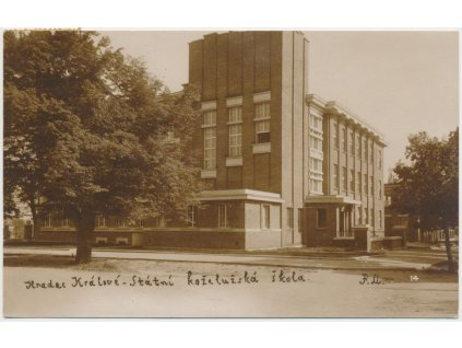 19 - Hradec Králové, partie před Státní koželužskou školou, cca 1925