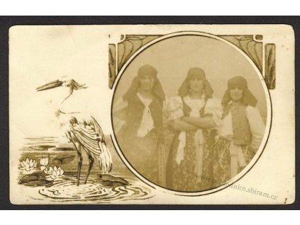 Koláž, ženy v krojích, ca 1910